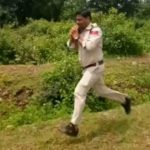Foto: Un polițist din India a alergat un kilometru, cu o bombă în mâini, ca să salveze viața a 400 de elevi