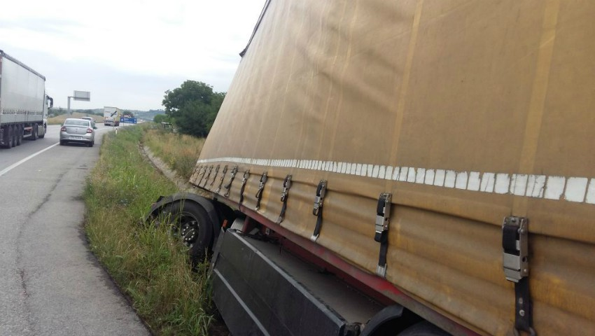 Foto: Un șofer din Vulcănești care a vrut să-și schimbe roata la camion, a fost electrocutat mortal