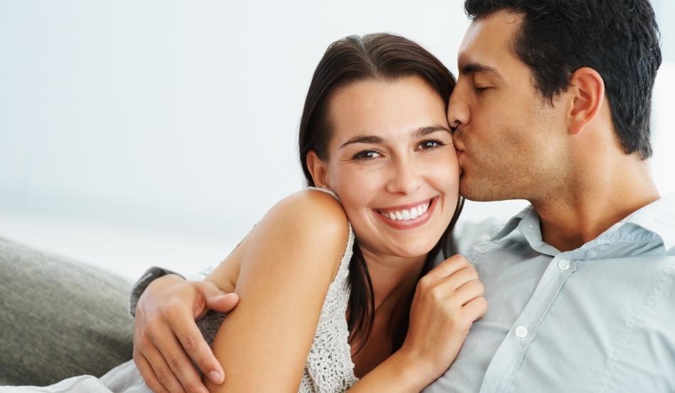 Un barbat isi saruta iubita