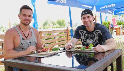Markus Lawyer și Maxim Bolotov, burlacii care știu să gătească sănătos