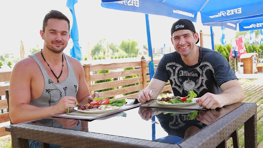 Foto: Markus Lawyer și Maxim Bolotov, burlacii care știu să gătească sănătos