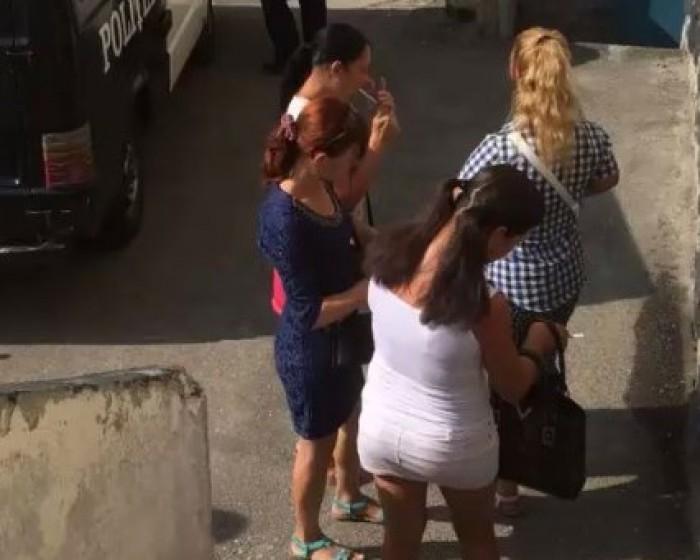 video-Sase-femei-sunt-banuite-de-practicarea-prostitutiei-au-fost-retinute-pe-strazile-capitalei--in-urma-unui-raid-al-politiei-1503391663
