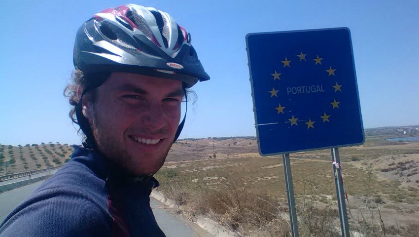 Un moldovean a parcurs 7 mii de km cu bicicleta pentru a ajunge în cea mai vestică țară a Europei!