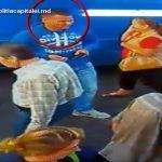 Foto: Video. Se caută un bărbat care a furat o geantă cu bani dintr-un automobil. Cine îl recunoaște este rugat să anunțe imediat poliția