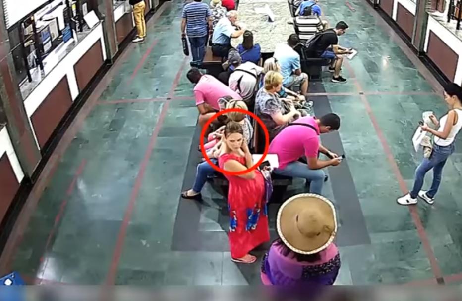 Foto: Video. O femeie însărcinată este căutată de poliție după ce i-a sustras unei tinere 10 mii de lei