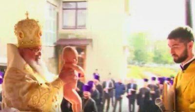 Emoții mari! Un bebeluș din Moldova a fost încreștinat cu 150 de nași de botez