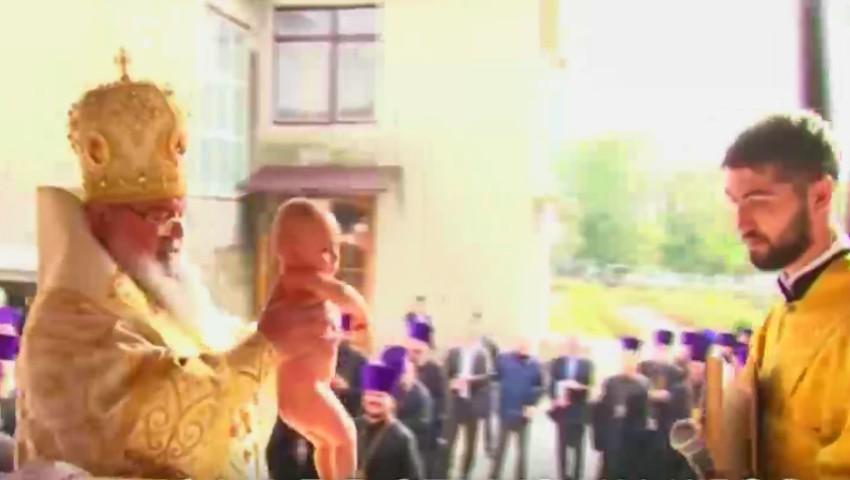 Foto: Emoții mari! Un bebeluș din Moldova a fost încreștinat cu 150 de nași de botez