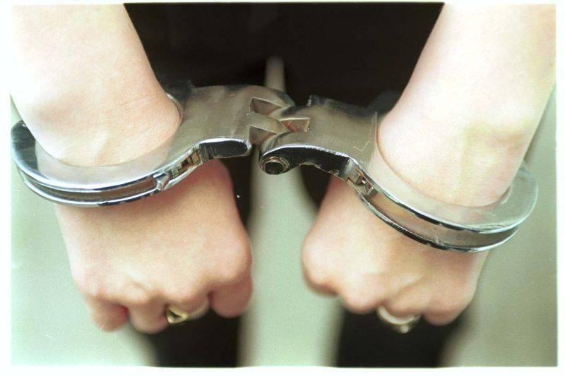 Foto: O femeie a fost reținută de polițiști, după ce a pus peste 100 de copii la vânzare pe internet