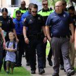 Foto: Un copil a mers în prima zi de școală însoțit de 24 de polițiști