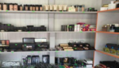 Atenție! Articole de parfumerie și cosmetice contrafăcute au fost depistate la o piață din Capitală. Vezi video