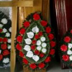 Foto: Crucile, coroanele funerare şi sicriele nu vor mai putea fi vândute pe marginea străzii