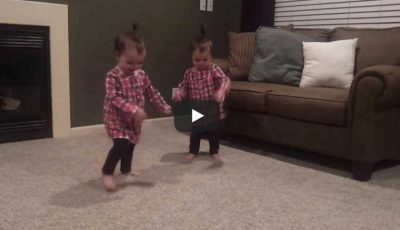 Video! Vezi ce fac aceste două surioare gemene când tatăl lor începe să cânte la chitară