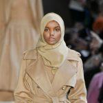 Foto: Primul model cu văl islamic a defilat pe podium. Vezi cum arată!