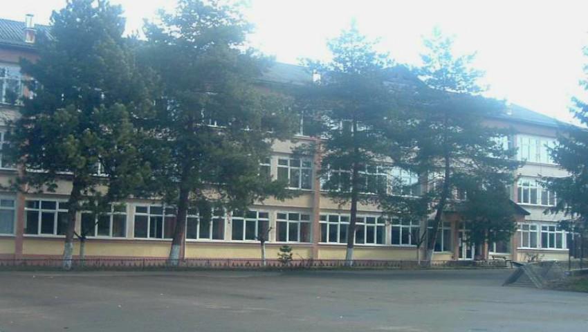 Foto: Elevii unui liceu din Capitală nu au voie să iasă afară în timpul pauzelor dintre ore