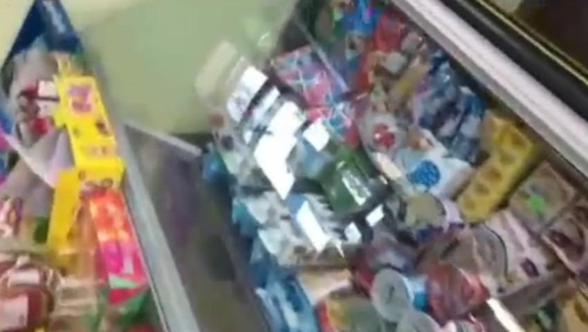 Foto: Video! Polițiștii au descins într-un magazin din Buiucani, după ce un consumator a reclamat comercializarea de produse alimentare cu termenul expirat