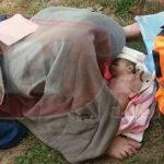 Foto: O femeie a născut pe iarbă, în curtea şcolii! Bebeluşul nu a mai avut răbdare