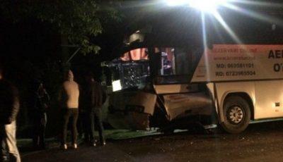 Un autobuz cu moldoveni s-a izbit violent de o mașină în România. Un bărbat a murit pe loc