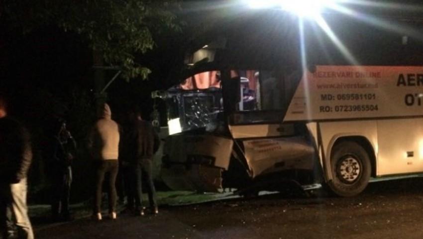 Foto: Un autobuz cu moldoveni s-a izbit violent de o mașină în România. Un bărbat a murit pe loc