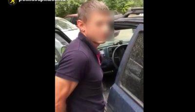 Un chișinăuian și-a stropit iubita pe faţă cu o soluţie necunoscută, apoi l-a agresat pe fiul ei