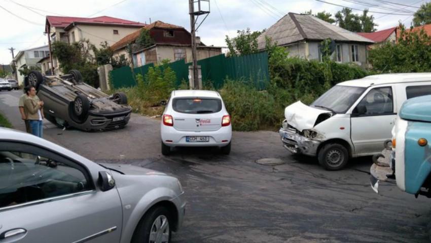 Foto: Două șoferițe au ajuns la spital, după ce s-au tamponat violent într-o intersecție din Capitală!