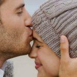 Foto: Semnificația sărutului pe frunte. Ce mesaje ascunse are gestul?