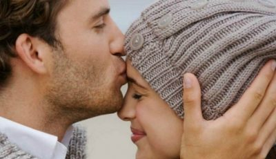 Semnificația sărutului pe frunte. Ce mesaje ascunse are gestul?