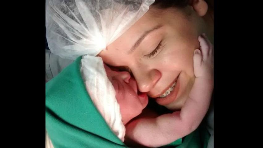 Foto: Video viral. Un bebeluș și-a îmbrățișat mama secunde în șir după naștere