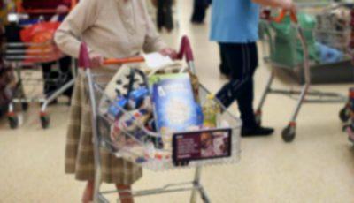 Video! Un om cu suflet mare s-a apropiat de o bătrânică, la casa unui supermarket și i-a plătit toate produsele