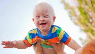 """Povestea lui Gammy, micuțul cu sindromul Down născut de o mamă surogat și abandonat la naștere de părinții care l-au ,,comandat"""""""