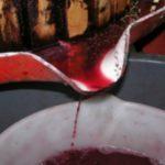 Foto: Tragic! Un bărbat a intrat pe ascuns în beciul unui amic, ca să guste din vinul nou, însă nu a mai putut ieși. Stăpânul casei a încercat să-l salveze, dar s-a intoxicat şi el