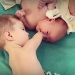 Foto: Un video emoționant, până la lacrimi! Deși s-a născut fără mâini, nu și-a lăsat frățiorul să sufere