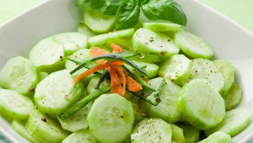 Foto: Ai tensiune arterială ridicată? Mănâncă salată de castraveți cu usturoi
