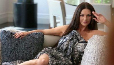 Catherine Zeta-Jones s-a pozat fără machiaj în dormitor, imediat după ce s-a trezit