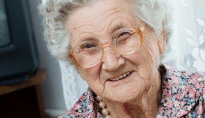 Ce face zilnic o femeie de 98 de ani pentru fiul ei de 80 de ani