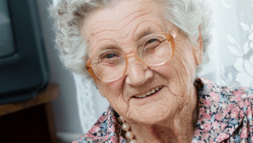 Foto: Ce face zilnic o femeie de 98 de ani pentru fiul ei de 80 de ani