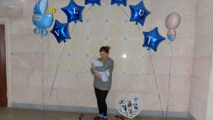 Foto: Emoționant! Surpriza unei mămici care și-a adus pe lume băiețelul în ajunul zilei sale de naștere