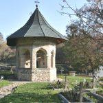 Foto: Un preot a construit cea mai mică biserică din Moldova