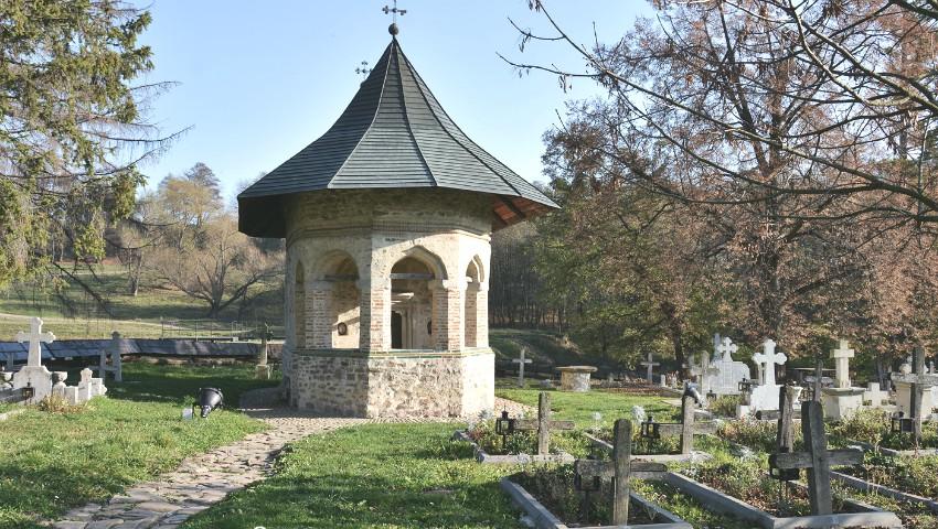 Un preot a construit cea mai mică biserică din Moldova