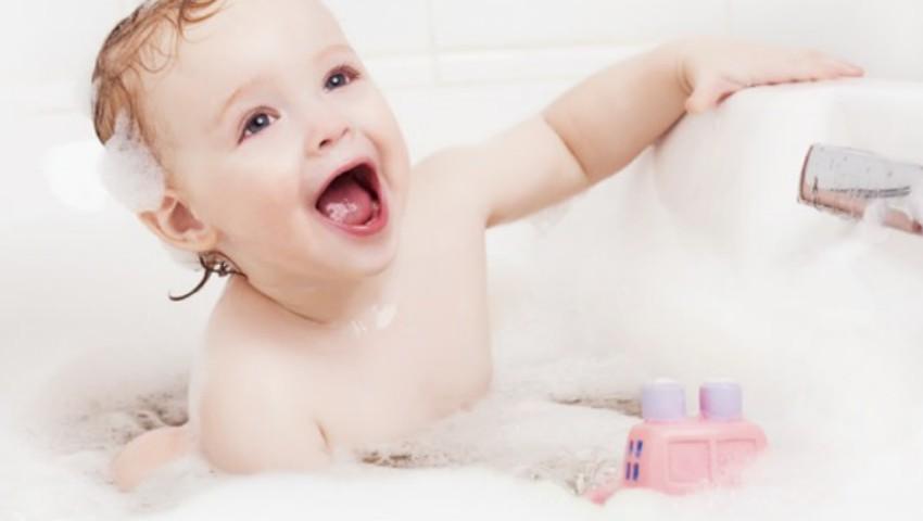 Foto: Cât de des trebuie spălați copilașii, în funcție de vârstă