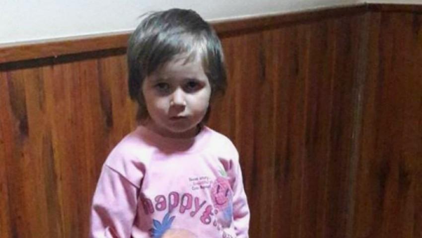 O fetiță de 4 ani a fost găsită singură pe stradă. Se caută părinții
