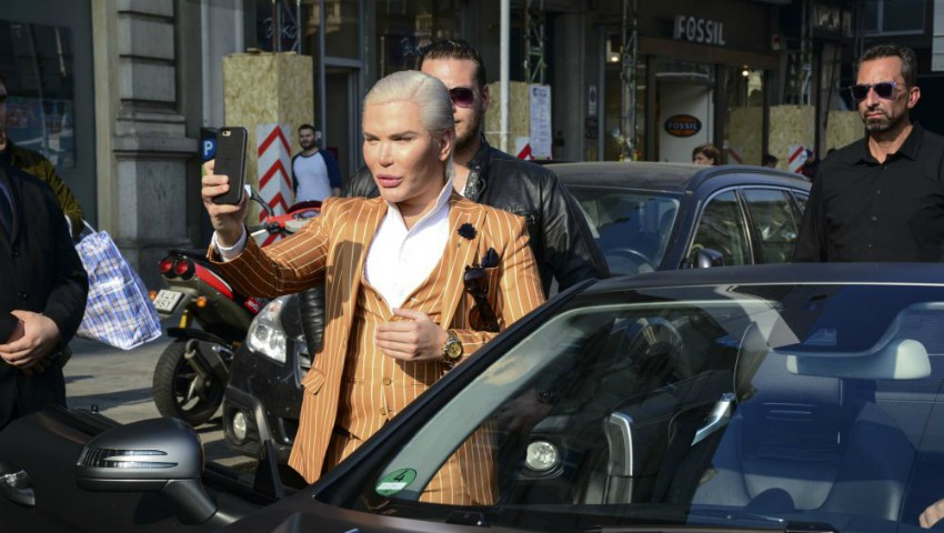 Bărbatul Ken a făcut senzație pe străzile din Milano