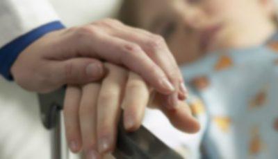 Un copil în vârstă de un an, internat în spital cu arsuri grave după ce un ceainic cu apă fierbinte s-a vărsat peste el