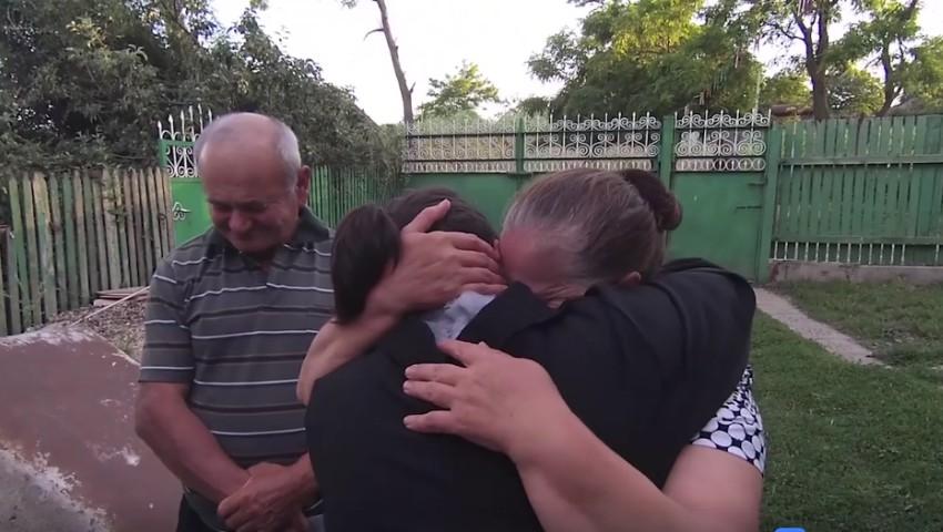 Foto: Emoționant! Vezi cum și-a surprins părinții o tânără revenită acasă după mai mulți ani petrecuți în străinătate!