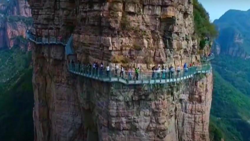 """Foto: Video! Un turist a tras o sperietură zdravănă, după ce podul de sticlă i-a ,,crăpat"""" sub picioare"""