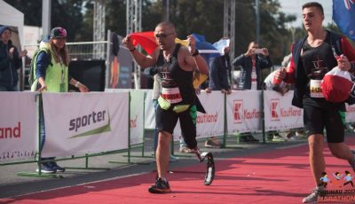 Impresionant! Un bărbat a alergat 42 de km cu un singur picior și a obținut medalia