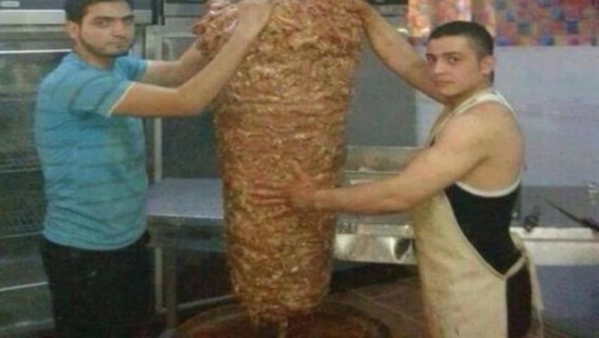 Foto: Mai mănânci shaorma? Iată ce fac angajații cu carnea din acest produs