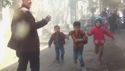 Mai mulți copii plâng și aleargă înfricoșați în timpul unui bombardament, la o grădiniță