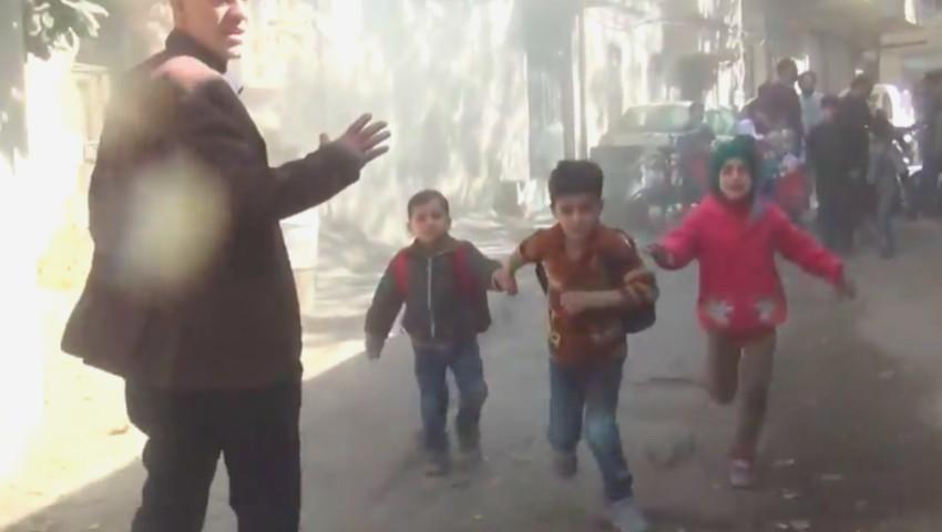 Foto: Mai mulți copii plâng și aleargă înfricoșați în timpul unui bombardament, la o grădiniță