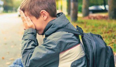 Un băiat din Capitală a fost bătut de un coleg de clasă pentru că vorbește greu limba română