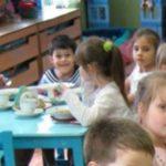Foto: O mamă din Capitală susține că micuților le-a fost servit la gradiniță lapte brânzit cu tăiței. Vezi imaginea